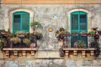 balcony-2526221_640